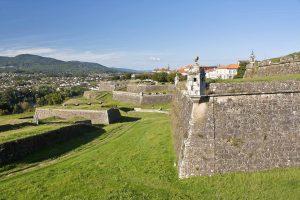E-Bike Reisen entlang des Jakobweges - die Festungsanlage der mittelalterlichen Stadt Valenca do Minho mit Spanien im Hintergrund
