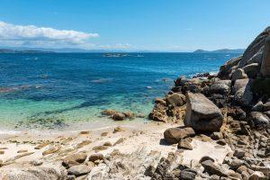 E-Bike Reisen entlang des Jakobweges - schmaler Strand an der galizischen Küste