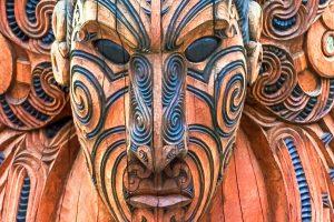 E-Bike Reisen in Neuseeland - Maori Holzpfahl