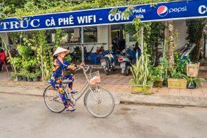 E-Bike Radreisen - Vietnam Frau auf Rad