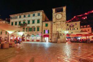 E-Bike Radreise - Stadt in Montenegro bei Nacht