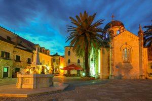 E-Bike Radreise durch Kroaten und Montenegro Stadt im Sonnenuntergang