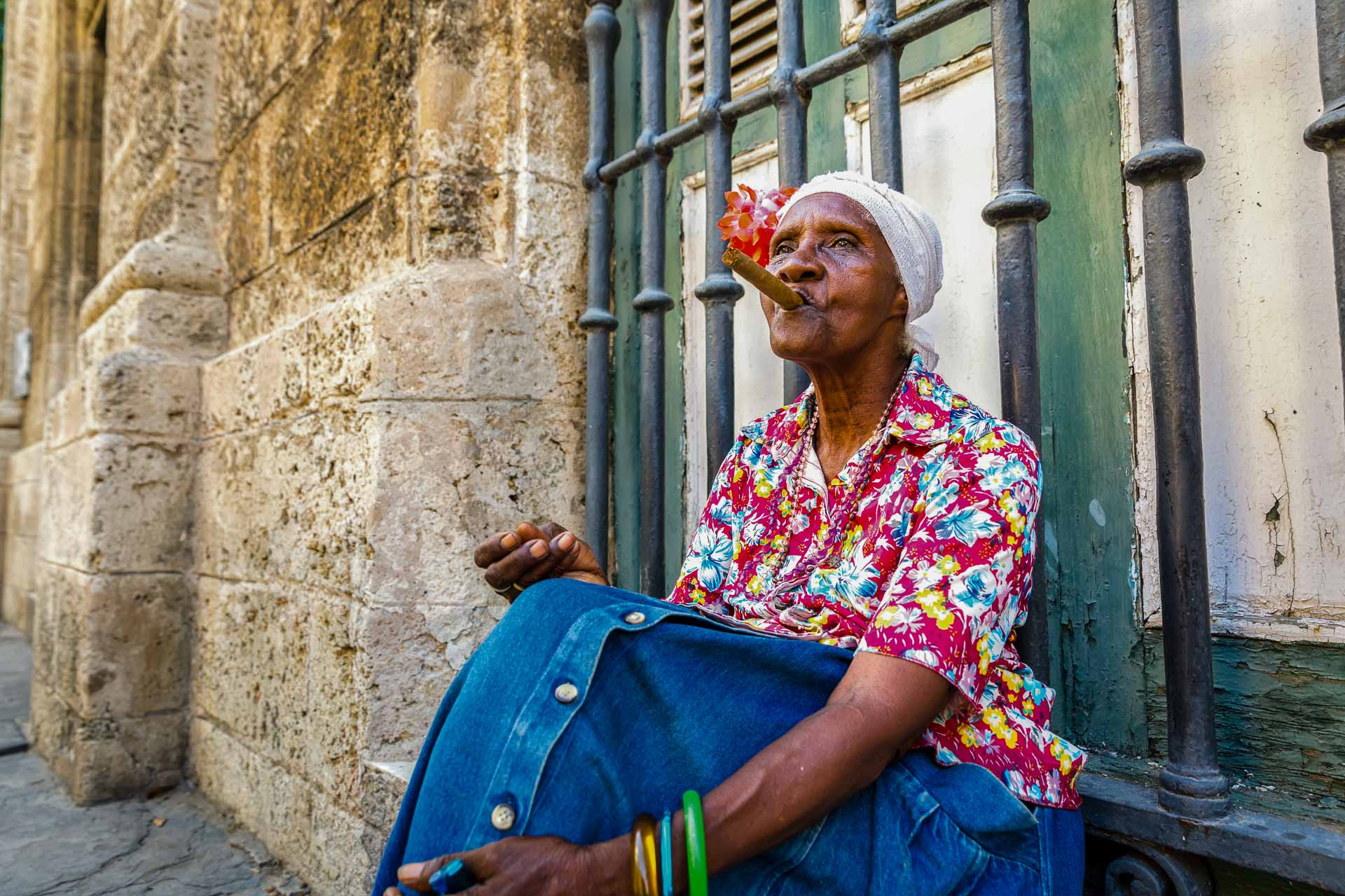 Frau mit Zigarre - Kuba Rundreise