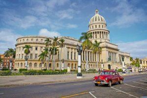 Kuba mit dem E-Bike - Oldtimer vor dem Capitol in Havanna